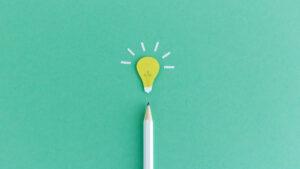 Bleistift mit stilisierter Glühbirne –Bildung (© MissTuni / iStockPhoto)
